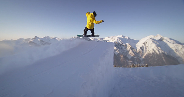 Elias Elhardt snowboarding in powder